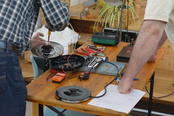 Zwei Reparateure bei der Arbeit