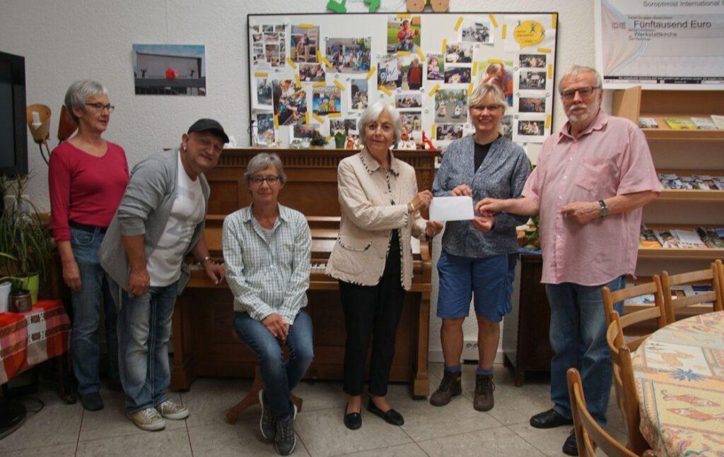Frau Müller und das Team der Werkstattkirche bei der Spendenübergabe