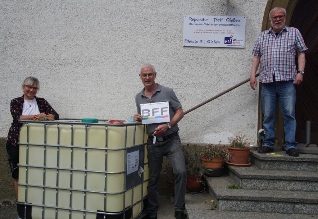 Bärbel Weigand und Christoph Geist zusammen mit Spender Ralf Naujouks und dem neuen Tank