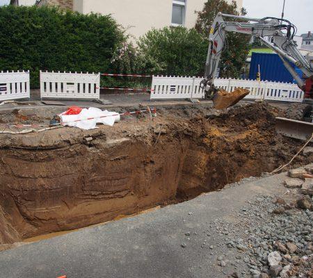 Baustelle im Hof mit großem Loch